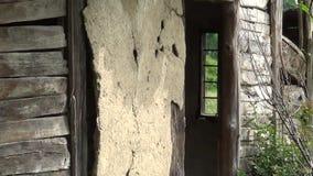 Tragen Sie den Innenraum des alten verlassenen Hauses ein stock footage