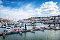 Tragen Sie in der Bucht von Albufeira, von Portugal, von vielen Booten und von Yachten herein stockfoto