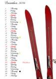Tragen Sie 2016, Dicember, mit alten Skis ein Lizenzfreie Stockfotos