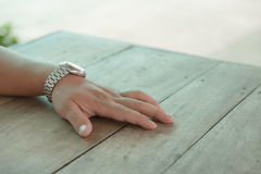 Tragen Sie die Armbanduhren, die auf ein hölzernes die Tabelle gesetzt werden Stockbilder
