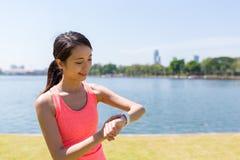 Tragen Sie die Frau zur Schau, die intelligente Uhr verwendet, um nach GPS zu suchen Stockfoto