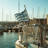 Tragen Sie, die griechische Flagge und die Boote, Eindrücke von Griechenland Stockbilder