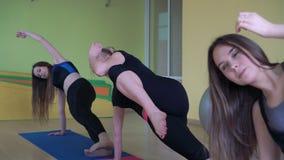 Tragen Sie die Mädchen zur Schau, die aktive Übungen in einem Fitness-Club 4k tun stock video