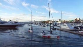 Tragen Sie die Yachten zur Schau, die im Seehafen, Sochi, Russland festgemacht werden stock video