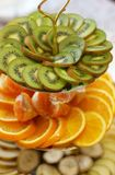 Tragen Sie in einer speziellen Schüssel der KIWI und der Orange mit Tangerinen Früchte Stockfotografie
