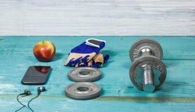 Tragen Sie Einzelteile Flasche, Dummköpfe, Handschuhe auf dem Sportbodenbelag zur Schau Lizenzfreie Stockbilder