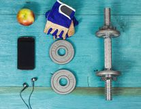 Tragen Sie Einzelteile Flasche, Dummköpfe, Handschuhe auf dem Sportbodenbelag zur Schau Lizenzfreies Stockfoto