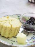 Tragen Sie Formscone mit Butter- und Himbeerstau Lizenzfreie Stockfotos