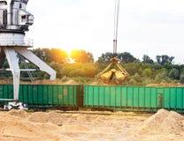 Tragen Sie Frachtkran-Lastsholzspäne in Bahnautos, Anzündenholz stockbild