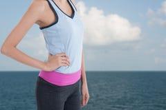 Tragen Sie Frau mit Bild des Strandes im Hintergrund zur Schau Lizenzfreies Stockbild