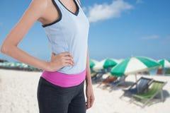Tragen Sie Frau mit Bild des Strandes im Hintergrund zur Schau Lizenzfreie Stockfotos