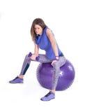 Tragen Sie Frau mit einem pilates Ball und Dummköpfen zur Schau Stockbilder