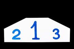 Tragen Sie hölzernes Podium mit weißen Zahlen auf einem weißen Hintergrund zur Schau Lizenzfreie Stockfotografie