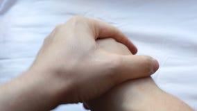 Tragen Sie Hautpflegecreme auf Palmen auf stock video