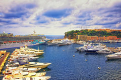 Tragen Sie Hercule-Jachthafen, Luxusschiffe und Kreuzfahrtschiff und Palast an Stockfoto