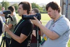 Tragen Sie Journalisten bei der Arbeit während des offenen Trainings von FC Kuban zur Schau Stockfoto