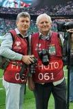 Tragen Sie Journalisten Valery Krachunov und Yuri Ivanov vor dem Match gegen Costa Rica zur Schau Lizenzfreies Stockfoto