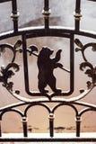 Tragen Sie mit Axt - Yaroslavl-Arme, Russland Metall schmiedete Zaun Stockbilder