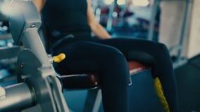 Tragen Sie mittlere Greisinpumpen-Beinmuskeln auf einem Simulator in der Turnhalle zur Schau 4 K stock footage