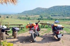 Tragen Sie Motorrad und Chopper Motorcycle für Rest am Standpunkt-Verbot Kha zur Schau Lizenzfreies Stockfoto