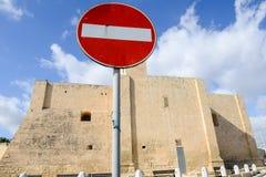 Tragen Sie nicht Verkehrszeichen vor einer Kirche ein Stockfotos