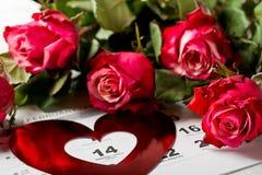 Tragen Sie Seite mit den roten Herzen und dem Blumenstrauß von roten Rosen am Valentinsgrußtag ein Lizenzfreie Stockfotografie