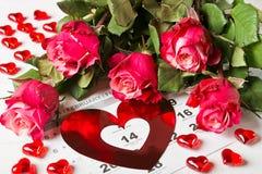 Tragen Sie Seite mit den roten Herzen und dem Blumenstrauß von roten Rosen am Valentinsgrußtag ein Stockfoto