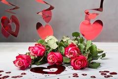 Tragen Sie Seite mit den roten Herzen und dem Blumenstrauß von roten Rosen am Valentinsgrußtag ein Lizenzfreies Stockfoto