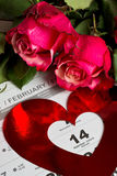 Tragen Sie Seite mit den roten Herzen und dem Blumenstrauß von roten Rosen am Valentinsgrußtag ein Stockbild