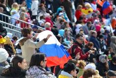 Tragen Sie Spaßfrau mit Staatsflagge der Russischen Föderation zur Schau Stockbild