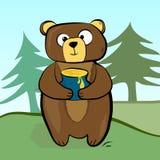 Tragen Sie Stellung mit einem Topf Honig in seinen Tatzen auf dem Hintergrund des Waldes Stockfotos