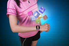 Tragen Sie tragendes smartwatch des mit Berührungseingabe Bildschirms der Frau mit buntem APP-ico zur Schau Stockbild