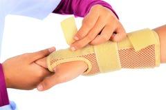 Tragen Sie Verletzung, Handgelenk mit den Klammerstützfreigabeschmerz zur Schau stockbilder