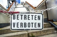 Tragen Sie Zeichen nicht an der Brücke in Duisburg, Deutschland - Übersetzung ein: Kommen Sie nicht herein Lizenzfreies Stockbild