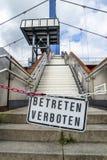 Tragen Sie Zeichen nicht an der Brücke in Duisburg, Deutschland - Übersetzung ein: Kommen Sie nicht herein Stockfoto
