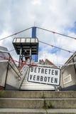 Tragen Sie Zeichen nicht an der Brücke in Duisburg, Deutschland - Übersetzung ein: Kommen Sie nicht herein Stockfotos
