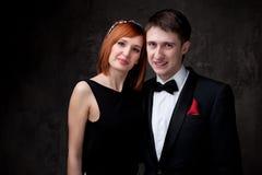 Tragende Abendkleider der jungen Paare Stockbilder