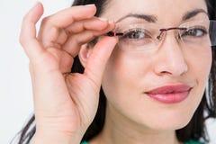 Tragende Augengläser des hübschen Brunette Stockfotos