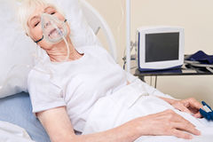 Tragende Ausrüstung unbewusster instabiler Dame für die stützbare Atmung lizenzfreie stockfotografie