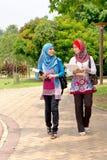 Tragende Bücher der moslemischen Frau   Lizenzfreie Stockfotos