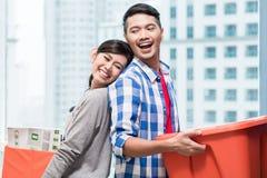 Tragende bewegliche Kästen der jungen indonesischen Paare Stockfotos