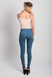 Tragende Blue Jeans und T-Shirt des blonden Mädchens Schönes Tanzen der jungen Frau der Paare Lizenzfreies Stockfoto