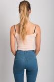 Tragende Blue Jeans und T-Shirt des blonden Mädchens Schönes Tanzen der jungen Frau der Paare Lizenzfreie Stockfotografie