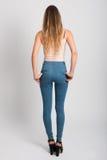Tragende Blue Jeans und T-Shirt des blonden Mädchens Schönes Tanzen der jungen Frau der Paare Stockfoto