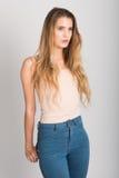 Tragende Blue Jeans und T-Shirt des blonden Mädchens Schönes Tanzen der jungen Frau der Paare Stockbilder