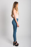 Tragende Blue Jeans und T-Shirt des blonden Mädchens Schönes Tanzen der jungen Frau der Paare Stockfotos