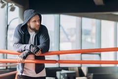Tragende boxende Verbände des Boxers auf den Händen, die auf Kamera schauen stockfoto