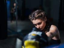 Tragende Boxhandschuhe des jungen Mädchens des Kämpferboxers geeigneten im Training Lizenzfreies Stockbild