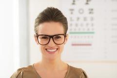 Tragende Brillen der Frau vor Snellen-Diagramm lizenzfreies stockfoto