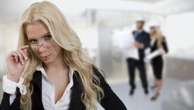 Tragende Brillen der Unternehmensgeschäftsfrau Stockbilder